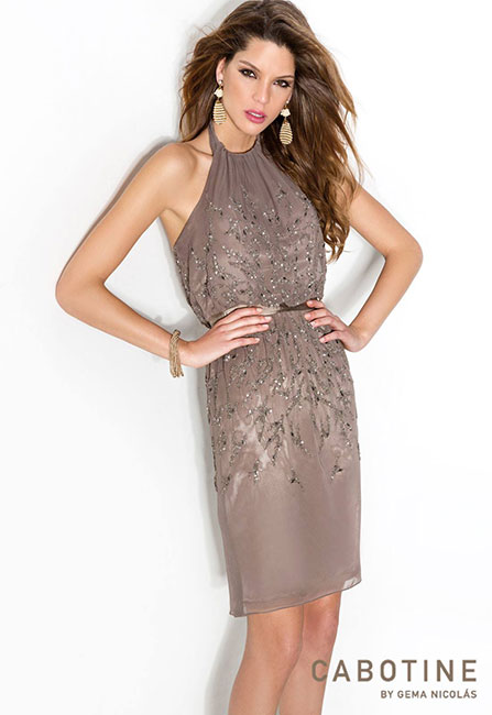 vestido corto de color marrón con cinturón en la cintura