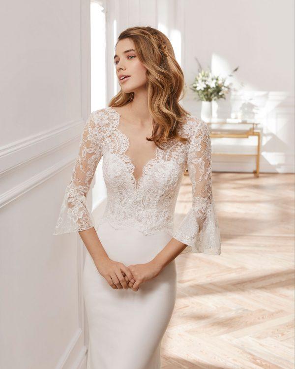 mujer rubia en una tienda de vestidos de novia con el modelo nebai