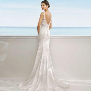 Vestido de novia corte recto de encaje, pedrería en escote y georgette. Escote y espalda en V.