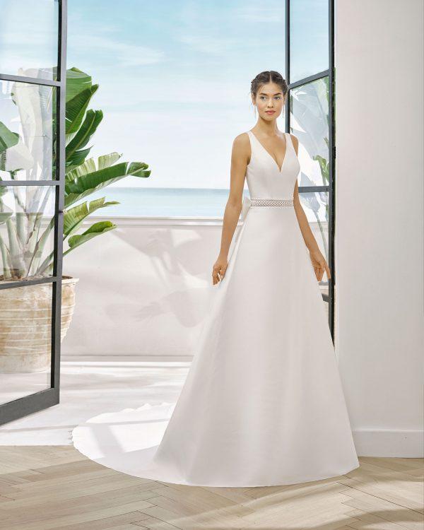 Vestido de novia en mikado con cinturón de encaje. Escote y espalda en V.