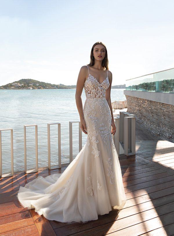 vestido de novia de corte sirena con escote en V y con pedrería