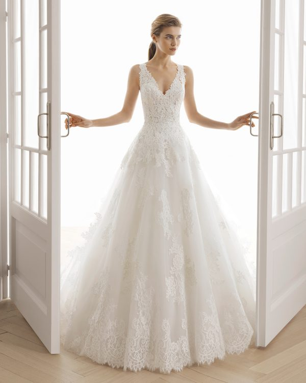 Vestido de estilo romántico de encaje y tul. Escote en V y espalda de encaje y transparencias.