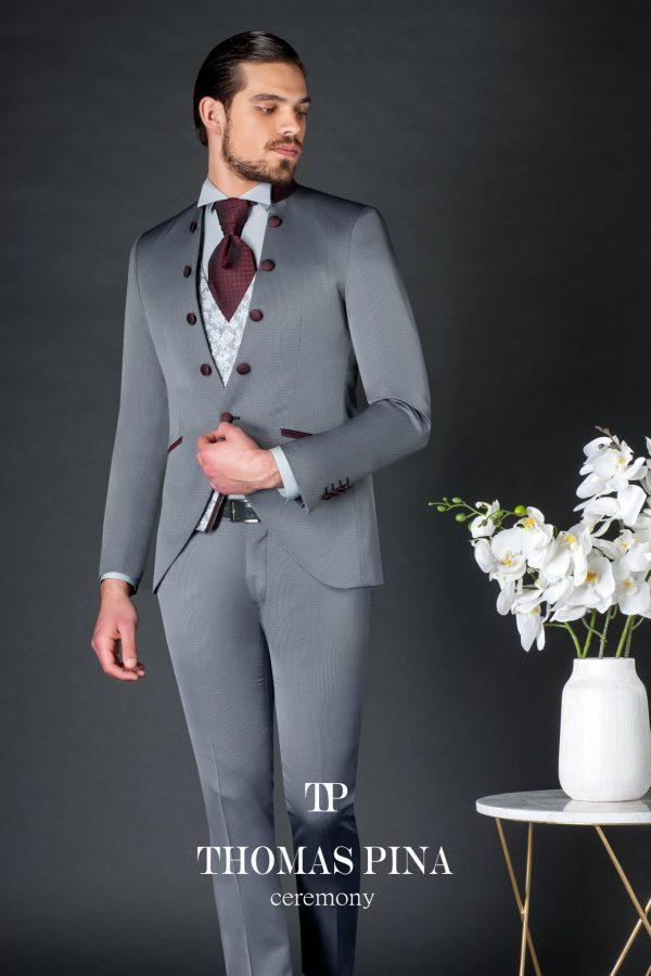 traje de ceremonia en color gris con botones en color burdeos de Thomas Pina